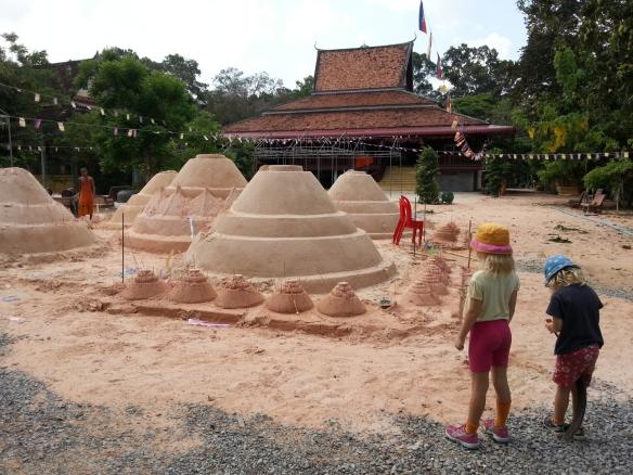 20130419_095149_Angkor_Wat_Sandpyramiden